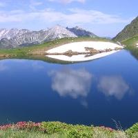 Der Twenger Almsee mit Blick auf die Kesselspitze