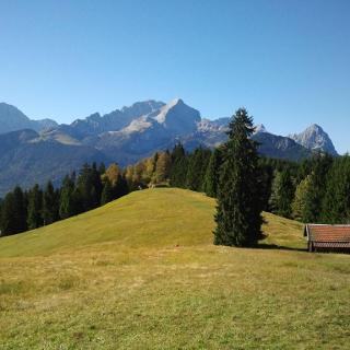 Blick vom Wamberger Rücken zur Zugspitze und der dominanten Alpspitze.