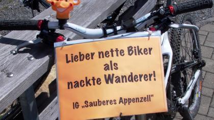 Sowas kommt bei den Appenzellern, die Biker nicht sehr mögen, bestens an (Ausrufezeichen)