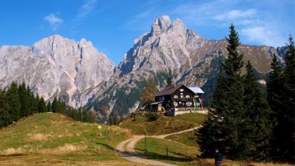 Mödlingerhütte 1523 m mit Reichenstein in Sicht.