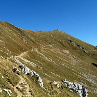 Der Steig auf die Rofanspitze (hinten). Hier ist der Weg in gutem Zustand.