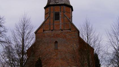 Gegenüber dem Heinrich Schliemann Museum erhebt sich die aus dem 13. Jh. stammende Kirche von Ankershagen.