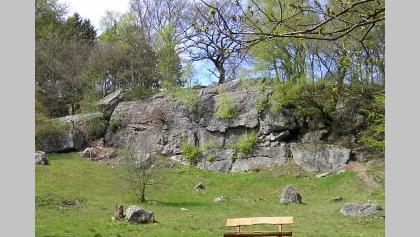 Als Tatternsteine werden die Steilhänge bezeichnet, die den gesamten Talhang bei Gut Gedau bedecken. Die Gesteinskörper wurden von der Inde freigelegt und abgerundet.