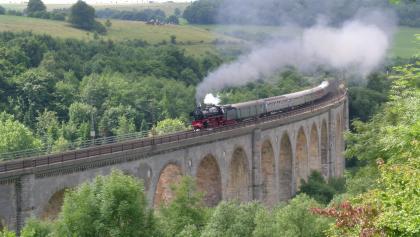 Dampflokomotive auf dem Viadukt