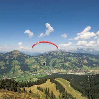 Die Choralpe ist ein beliebter Startplatz für Paragleiter und bietet einen herrlichen Blick ins Brixental und auf die Hohe Salve.