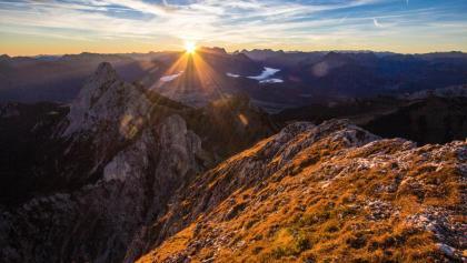 Blick nach Süden. Im Vordergrund die Gehrenspitze, direkt an der Sonne die Zugspitze.