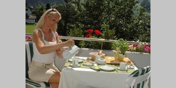 Frühstücken am Balkon