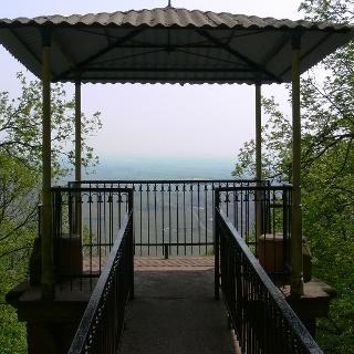 Bei klarer Sicht reicht der Blick vom Aussichtspunkt  weit über Ebenkoben in die Rheinebene.