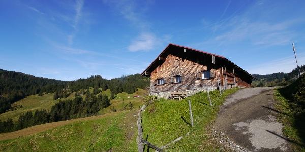 Sonnenbank vor der Toniskopf-Alpe