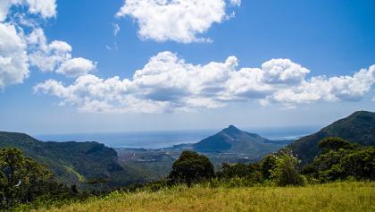 Vor uns liegt Tamarin und der Tamarin Mountain (560m)