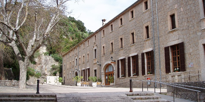 Vor dem Kloster Lluc.