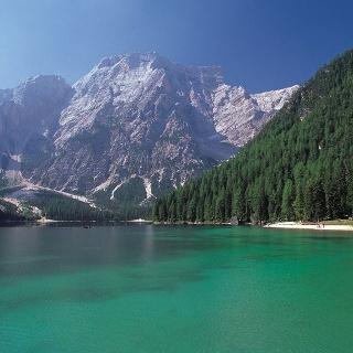 Der Pragser Wildsee inmitten einer malerischen Berglandschaft.