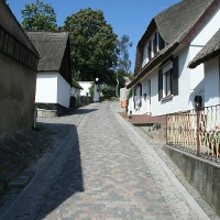 In Kamminke gibt es viele gut erhaltene Fischerhäuser mit den typischen Rieddächern.