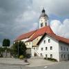 Die Pfarrkirche Mariä Himmelfahrt  prägt das Ortsbild von Wiesenfelden.