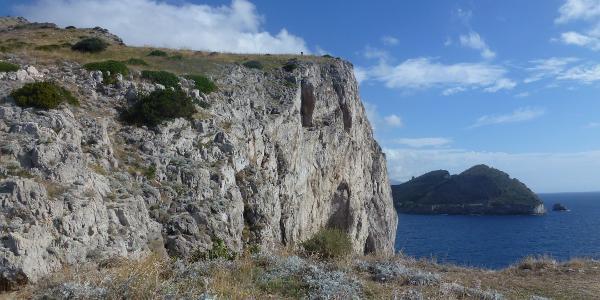 Klippen am Rand der Bucht von Jeranto