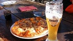 Eine Spezialiät: Die Hauspizza mit Hirschspeck.