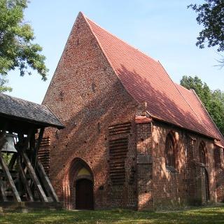 Der Glockenstuhl aus Holz steht getrennt von der Dorfkirche in Alt Meteln.