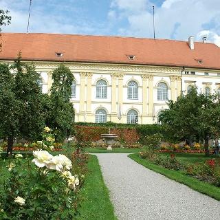 Die Altstadt von Dachau mit dem Schloss auf dem höchsten Punkt ist einen Abstecher wert.