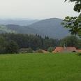 Blick über die sanften Hügel des Sonnenwinkels bis in die Donauebene.