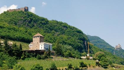 Blick auf die drei Burgen Schloss Korb (vorne), Schlossruine Boymont (links oben) und Burg Hocheppan (ganz rechts).