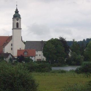 Idyllisch liegt die Pfarrkirche Sankt Gallus am Zellersee.