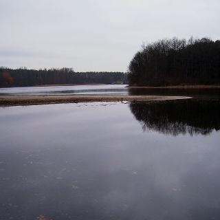 Im östlichen Teil des Dreetzsees markiert eine Landzunge den Rand des Kolkes.