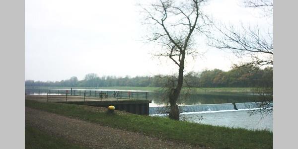 Ein Wasserwehr am Rhein.