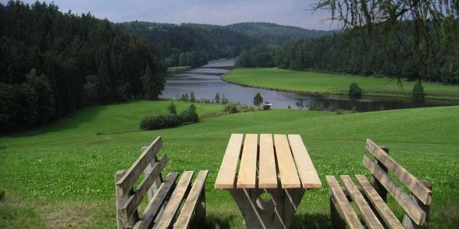 Ein Picknickplatz mit Blick auf den Blaibachsee.