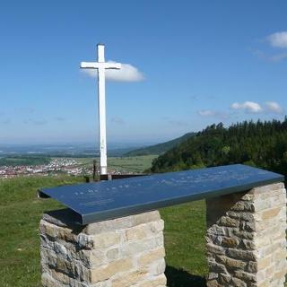 Am Aussichtspunkt Kehlen befinden sich ein Kreuz und eine Übersichtstafel.