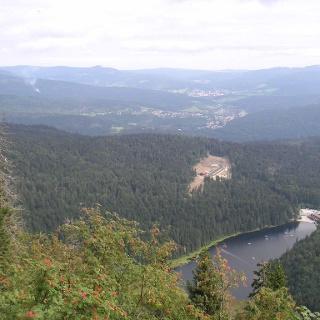 Der Blick vom Mittagsplatzl auf den Großen Arbersee.