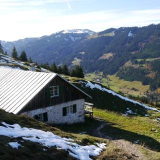 Die Älpele-Alpe unterhalb des Sorgschrofens.