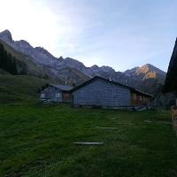 Hintere Einödsberg-Alpe vor einer beeindruckenden Bergkulisse - ganz links die Trettachspitze.