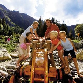 Kindern macht das Ausprobieren der vielen Stationen des Teufelswassers viel Spaß - nass werden inklusive.