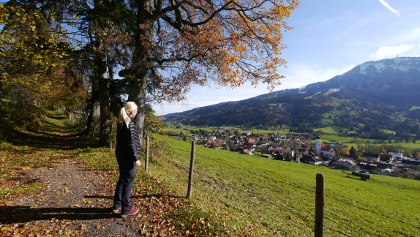 Hiking trail above Rettenberg with a view of the village and Grünten