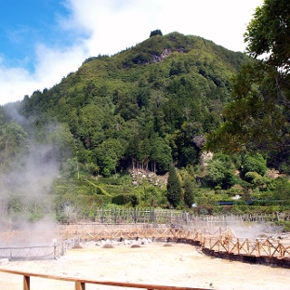 Pico do Ferro vor den heißen Quellen am Seeufer