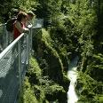 Schöne Aussichten bieten sich auf der Brücke.