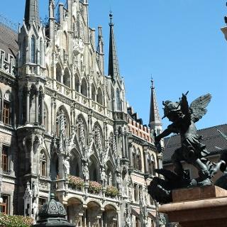 Die Pracht des neugotischen Neuen Rathauses, erbaut um 1900, dominiert den Marienplatz.