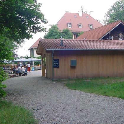 """Die """"Alte Villa"""" hat einen Biergarten und einen Kinderspielplatz beim Restaurant zu bieten."""