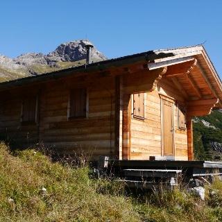 Jagdhütte oberhalb der Sattelebene, dahinter der Wilde Kasten