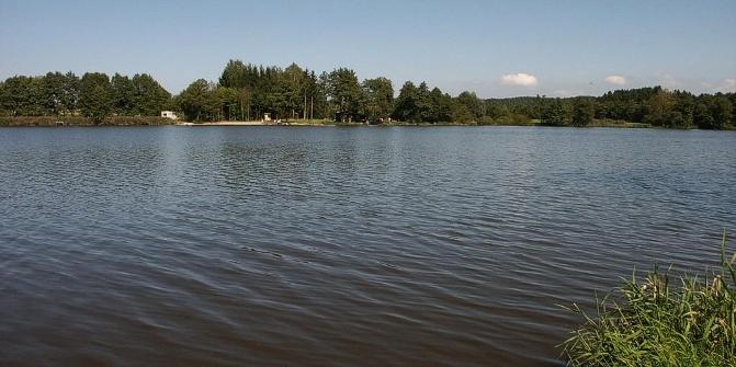 Im Sommer lädt der Neuweiher zum kostenlosen Baden und Sonnen ein.