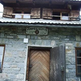 Eingang der Verpeilhütte.