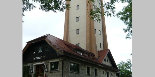 Der Turm ist in den Bau des Wanderheims integriert.