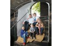 Familie Busch auf der Kellertreppe