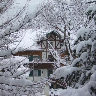 Ein Haus im tief verschneiten Bad Hindelang.