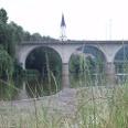 Die Eisenbahnbrücke und die Stadtpfarrkirche.