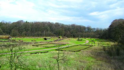 Auf unserer Fahrt in die Vorgeschichte kommen wir auch durch ein Steinzeitdorf.