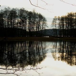 Unsere Mountainbiketour verläuft über eine kleine Brücke zwischen dem Zenssee und dem Platkowsee.
