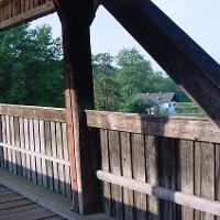 Ein Blick durch die Holzbrücke auf die Aumühle.