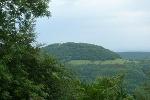 Von diesem Aussichtspunkt können wir den Roßberg mit seinem Wanderheim samt Turm erblicken.
