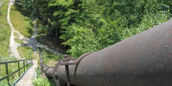 Himmelsleiter und Pipeline am Fuß des Hochbehälters.